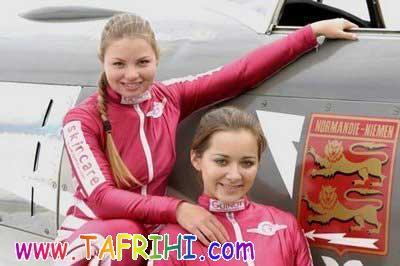 اکروبات دختران برروی هواپیما