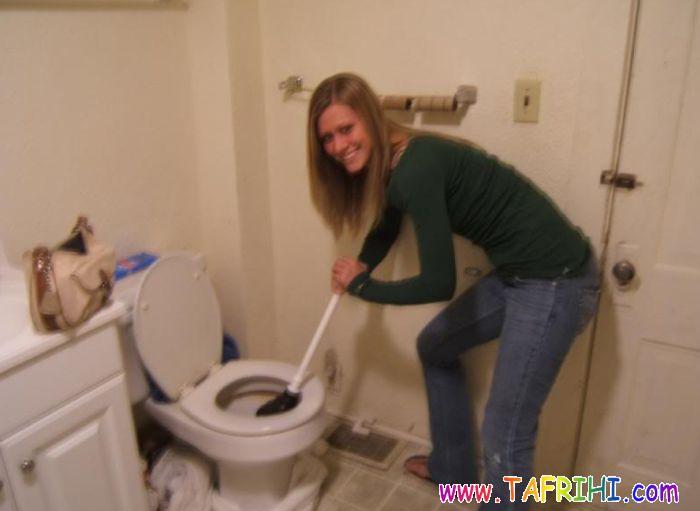 تصاویری جالب از تخلیه کردن توالت فرنگی توسط خانم ها