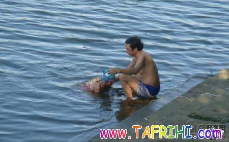 آموزش شنا توسط پدر